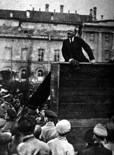 Lenin spreekt zijn soldaten toe op 5 mei 1920 voor het Bolsjojtheater in Moskou. Dit is het linkerdeel van een foto waar oorspronkelijk Leon Trotski ook op stond