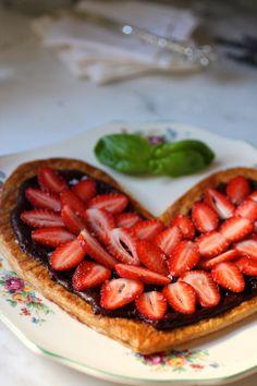 Puff au Chocolat with Strawberries, Basil, Fleur de Sel xoxox (Chocolate Strawberries Torte) Chocolate Strawberries, Mint Chocolate, Chocolate Recipes, Just Desserts, Delicious Desserts, Yummy Food, Yummy Treats, Sweet Treats, True Food