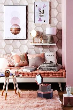 I love the rose gold color theme in this room! It's cozy and stylish at the same time! Taking inspiration from the way it's decorated!