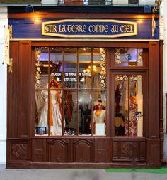 La boutique des merveilles à Montmartre . des robes de mariées originales, des robes de soirées , de scène , lyriques , poétiques épiques.Des bustiers, des capes, des tabliers