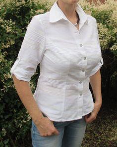 Weisse Bluse, für Büro- und Alltag, 80% Baumwolle, 20% Polyester. Für Oberweiten ab Körbchengröße D. 3/4 Ärmel. Die horizontalen Knopflöcher verhindern, dass sich Blusenknöpfe im Busenbereich unbemerkt öffnen. Die Bluse ist ab Taille leicht ausgestellt, was sehr figurschmeichelnd ist und die Taille schmaler erscheinen lässt.  PePonia Größen werden wie folgt angegeben: Beispiel: 38*2B 38:  bezeichnet die Standardkonfektionsgröße, die Du tragen würdest, wenn, ja wenn da nicht die Oberweite…