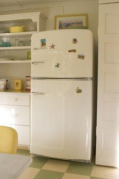 Big Chill: Retro Refrigerators for Your Vintage Kitchen Retro Refrigerator, Retro Fridge, Top Freezer Refrigerator, Retro Kitchen Appliances, White Appliances, Retro Kitchens, The Napping House, Fridge Makeover, Vintage Fridge