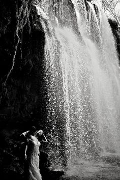 Destination wedding in Playa Flamingo Costa Rica by Photographer Natan Fotografi… - Destination Hochzeit Cool Pictures Of Nature, Beautiful Pictures, Waterfall Wedding, Outdoor Photos, Post Wedding, Portrait Inspiration, Travel Couple, Wedding Photoshoot, Wedding Pictures