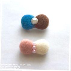 ご覧いただきありがとうございます♪羊毛フェルトでリボンブローチを作りました♡①ピンク、白色②濃い青色、茶色*備考欄に色をご指定して下さい Ribbon Hair Bows, Diy Hair Bows, Diy Bow, Diy Hair Accessories, Handmade Accessories, Felt Baby, Baby Girl Headbands, How To Make Bows, Felt Crafts