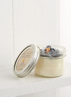 A Canadian design by Au Naturel at Simons Maison - An authentic Canadian product that emits a campfire scent - Features a unique walnut wood wick that crackles as it burns - Hand-poured soy candle in a small recycled mason jar - Approximately 35 hours of fragrant burn time
