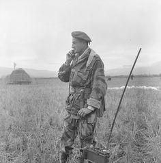 """Description : Lors de l'opération """"Castor"""", le capitaine Cabiro, commandant de compagnie du 1er BEP (Bataillon Étranger de Parachutistes), donne ses ordres par radio. Date : Novembre 1953"""