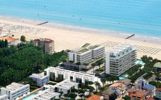 JLV a five-star Hotel & SPA by Richard Meier & Jesolo Immobiliare S. Richard Meier, Spa Hotel, Five Star Hotel, Residential Architecture, Venice, Swimming Pools, Mansions, House Styles, Beach