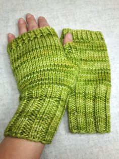 Schlichte fingerlose Handschuhe ohne Muster in hellgrün meliert. Feine wärmender Merinowolle, handgestrickt von mir, garantiert ohne Maschine und