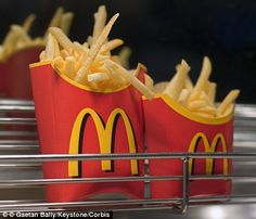 Top chef reveals his recipe for making McDonalds-style French fries at home HOMEMADE McD's FRIES. Top chef reveals his recipe for making McDonalds-style French fries at home. David Myers, the chef and owner of Comme Ca has revealed his secret to making th Potato Dishes, Potato Recipes, French Fries At Home, Best French Fries, Mcdonald French Fries, Mcdonalds French Fries Recipe, Favorite Recipes, Great Recipes, Gastronomia