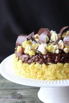 Quale dolce meglio della Torta Mimosa rappresenta la Festa della Donna? Ecco una versione rivisitata e ancora più golosa con Cioccolato e Nocciole... Perfetta per festeggiare la Donna non solo l'8 marzo ma tutti i giorni dell'anno.