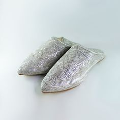Wonderful slipper women (shoe) Moroccan/oriental style with embroidery in silver thread.  Very comfortable for dancing and the market.  Slipper to wear for your wedding, night of henna, ceremonies orientales, evenings with friends...  Available sizes: 36, 37, 38, 39, 40, 41.   Please see store policies and do not hesitate to contact us for all questions.  Continue shopping at LesCaftansMarocains: https://www.etsy.com/fr/shop/LesCaftansMarocains