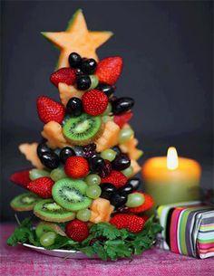 arbol navideño hecho de frutas