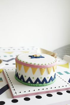 Varpunen: Intiaanisynttärit | Native American themed party ; That geometric cake is so pretty.
