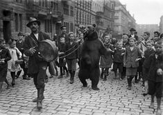 There was always much to see in the streets of Berlin. Just over 100 years ago, dance bears. © bpk / Kunstbibliothek, SMB, photo library Willy Römer / Willy Römer