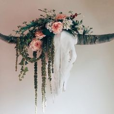 Longhorn skull with flowers, I would love to get some skulls and decorate them with faux flowers and greenery Deer Skull Decor, Cow Skull Art, Deer Head Decor, Bull Skulls, Animal Skulls, Painted Cow Skulls, Antler Crafts, Skull Crafts, Antler Art