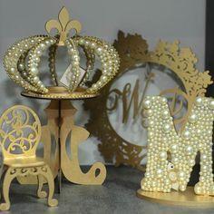 Letras de MDF em 3D com pérolas, cadeirinha de trono, coroa imperial de pérolas com base e brasão de mdf. Ateliê D'Luxo.  #ateliê #ateliedluxodifusora #ateliedluxo #decoracao #decor #festa