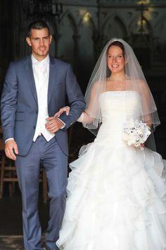 Ludovic en costume sur mesure gris de L'atelier 5. Gilet en soie écru et cravate de cérémonie assortie. #wedding #mariage