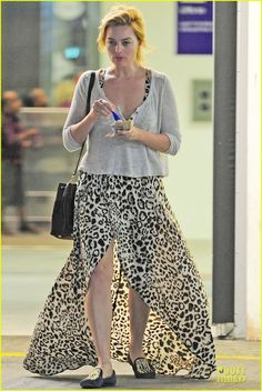 Margot Robbie Enjoys Movie & McDonalds in London!: Photo Margot Robbie keeps it fierce in animal print while picking up fast food at McDonald's on Monday (July in London, England. Margot Robbie Style, Margot Robbie Harley Quinn, We Wear, How To Wear, Natalie Portman, Best Actress, Mcdonalds, Long Gowns, July 7