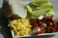 Jajecznica na parze z kanapką z polędwicą z indyka i warzywami - śniadanie cukrzyca ciążowa! Health Fitness, Dairy, Eggs, Breakfast, Food, Diet, Morning Coffee, Essen, Egg