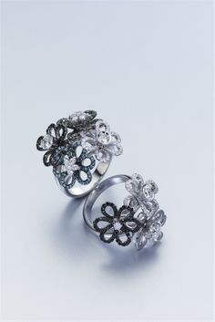 Anillo de oro blanco y diamantes de diferentes colores.