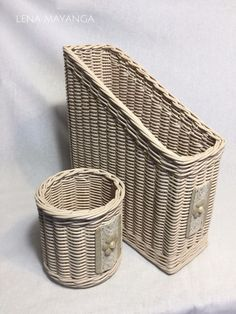 Newspaper Art And Craft, Newspaper Basket, Baskets On Wall, Wicker Baskets, Paper Weaving, Sewing Baskets, Art N Craft, Basket Decoration, Paper Straws