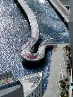 [Puente Webb, Melbourne, Australlia] - [*- ¡Y el edificio! ¡Como la proa de un barco!]