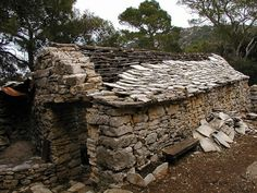 If you are lucky, you can find old structures circa to made of dry stone. Dry Stone, Brick And Stone, Stone Work, Stone Cottages, Stone Houses, Agricultural Buildings, Creepy Houses, Stone Masonry, Vernacular Architecture