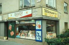 Gatebilde. Butikklokale med reklame for tobakk
