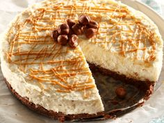 This unbaked cheesecake with its rich and indulgent filling has a caramel topping and a chocolate and hazelnut base. No Bake Caramel Cheesecake, Baked Cheesecake Recipe, Unbaked Cheesecake, Delicous Desserts, Fun Desserts, African Dessert, Chocolate Hazelnut, No Bake Cookies, Cheese Recipes