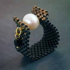 Ein schöner Ring und ich habe viele Komplimente von meinen Freunden hatte, wenn ich es getragen habe. Die Perlen verwendet in diesem Stück sind meine Lieblings - Qualitätsglas japanischen Delica.At das Zentrum dort ist eine Perle.  Ring erfolgen, so dass nicht vergessen, mir Ihre Ringgröße zu messen. DIES ERFOLGT AUF BESTELLUNG.  Bitte erlauben Sie 1 Woche bevor das Einzelteil versendet wird.  Wie Sie Ihren Schmuck zu schützen.  -Nicht Sprühen Sie Parfüm auf der Oberfläche Ihrer Halskette…