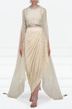Indian Gowns Dresses, Indian Fashion Dresses, Indian Designer Outfits, Fashion Outfits, Stylish Dress Designs, Stylish Dresses, Ethnic Outfits, Indian Outfits, Mehendi Outfits