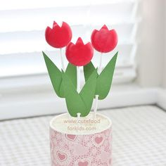 Therese's Little Flowers - tulips made out of babybel cheese, lollipop sticks, and paper leaves. Flowers For Valentines Day, Valentines Food, Valentine Crafts, Valentine Party, Easter Party, Flower Food, Flower Ideas, Flower Party Themes, Marshmallow Flowers