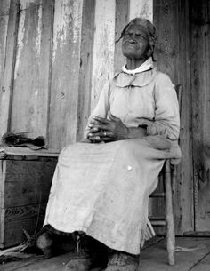 84 year old Mississippi Woman This women was, by her own words, born two years before the surrender, in 1863. (Photographer:  Dorothea Lange)