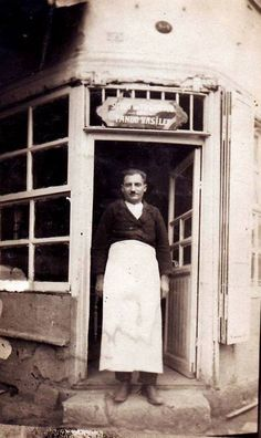 Pando Vasiler #Galata'da süt ve yoğurt satıyor . (1931 #istanbul) #istanlook #1931