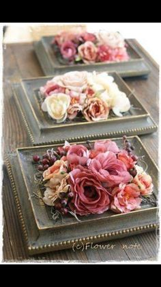 DIY floral centerpieces with vintage-chic atmosphere. This antique inspired frame- DIY-Blumenmittelstücke mit Vintage-Chic-Atmosphäre. Diese antik inspirierten Rahmen DIY floral centerpieces with vintage-chic atmosphere …. Diy Wedding Flower Centerpieces, Floral Centerpieces, Floral Arrangements, Wedding Flowers, Centerpiece Ideas, Table Centerpieces, Picture Frame Arrangements, Dollar Store Centerpiece, Creative Flower Arrangements