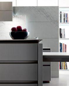 Moderne Einbauküche: Grifflose Fronten aus Feinbeton und Marmor