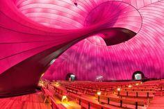 建築家の磯崎新と彫刻家のアニッシュ・カプーアが協働して制作した移動式コンサートホール「アーク・ノヴァ」が、東京ミッドタウンで展示されることが決まった。東日本大震災の復興支援のために企画され、東北での3回の展示を経て、今回初めて東京での展示となる。【美術手帖が運営するアートニュースサイト。アートを中心にクリエイティブ・マインドを刺激するコンテンツを発信します。】