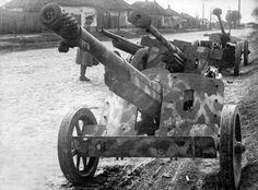 https://flic.kr/p/dEnwAa | 7,5 cm schwere Panzerjägerkanone 97/38 (7,5 cm PaK 97/38 L/36,3) | Plusieurs PaK et Haubitz abandonnés par les Allemands. Ce cliché illustre bien le manque de bouches à feu antichars nationales : ici les canons sont à l'origine français et russes.  Courtesy  photoswwii