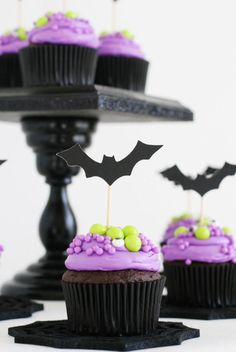 Halloween Bat Cupcakes for a Vampirina Party Happy Halloween, Halloween Desserts, Halloween Cupcakes, Halloween Food For Party, Halloween Birthday, Holidays Halloween, Halloween Treats, 4th Birthday Parties, Halloween Witches