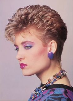 Short but with some volume on top. Curly Hair Tips, Short Curly Hair, Short Hair Cuts, Curly Hair Styles, Curly Girl, Eighties Hair, 1980s Hair, Short Hair Back View, Short Hair With Layers