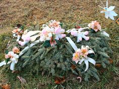 A grave blanket is a specialized floral arrangement common in winter. Dyi Flowers, Grave Flowers, Cemetery Flowers, Funeral Flowers, Church Flowers, Diy Grave Blankets, Cemetary Decorations, Memorial Flowers, Winter Blankets