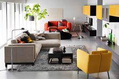 """Wohnzimmer mit zwei separaten Unterhaltungsbereichen, eingerichtet u. a. mit NOCKEBY 2er-Sofa mit Récamiere links mit Bezug """"Tenö"""" hellgrau und Holzbeinen und EKERÖ Sessel mit Bezug """"Skiftebo"""" gelb"""