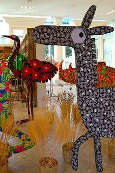 Bem próprio para um evento que acontece em plena Copa do Mundo na África do Sul, o tema deste Zero a Doze é África. Mas, na decoração, nada de vuvuzelas! UFA! Suppa se inspirou nos animais típicos do continente africano e deu seu toque especial a antílopes, leões, cobras, elefantes, rinocerontes… Todos coloridos e pra lá de estilosos.