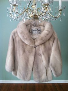 Vintage 1960 Silver Gray MINK STOLE (rivals any fur piece!)  My mother had one just like this... and I am soooo anti-fur!
