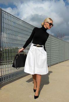 falda midi blanca con cuello alto y complementos en negro #black #white #style #fashion