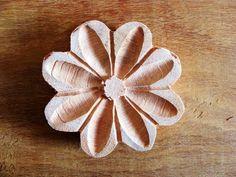 Para quem quer fazer artesanato com um ar de minas gerais, essas flores são perfeitas. Todas entalhadas em madeira, por serem feitas à mão pode haver pequenas diferenças entre elas.  Tamanho aproximado 8 cm R$ 1,75