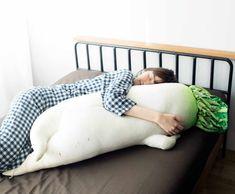 """일본 'Felissimo'의 'YOU+MORE'에서는 사람을 닮은 귀엽고 이색적인 '섹시 무 다키마쿠라(セクシー大根抱き枕)'를 선보여 화제를 모으고 있습니다. 이 베개는 마치 두 다리를 꼬고 있는 것 같은 야릇한 포즈를 하고있는 것이 특징이며, 한쪽 뿌리가 팔베개를 초대하고 있는 듯한 오묘한 디자인으로 제작 되었습니다.  제작사에서는 """"침대에 자려고 했는데, 섹시한 무가 누워 있다!"""" 라고 소개하고 있으며, """"무의 팔베개에 몸을 맡겨 보는건 어떻습니까?"""" 라는 소개를 하기도 했습니다."""
