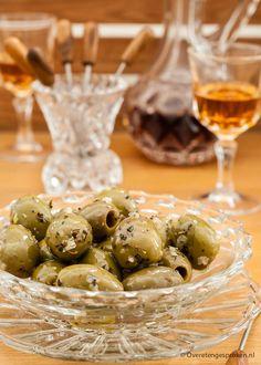 Knoflookolijven - Super simpel om zelf te maken en zóóó lekker. Ook lekker met verschillende soorten olijven door elkaar.