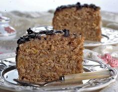 Za posnu tortu sa orasima potrebno je: 350 g šećera, 3 dl vode, 300 g oraha, 300 g brašna, 1 prašak za pecivo, 3 kašike ulja, kora limuna. Za fil: 250 g šećera, 250 g oraha
