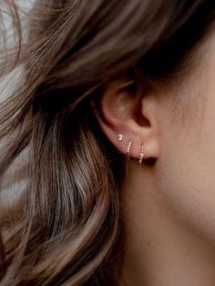 Trending Ear Piercing ideas for women. Ear Piercing Ideas and Piercing Unique Ear. Ear piercings can make you look totally different from the rest. Bar Stud Earrings, Crystal Earrings, Dangle Earrings, Diamond Earrings, Black Earrings, Chandelier Earrings, Earring Studs, Cartilage Earrings, Earings Gold
